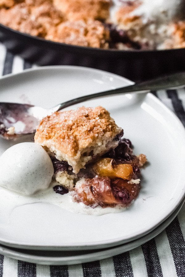 Peach blueberry cobbler - An easy and delicious summer peach blueberry cobbler takes just a few minutes to make with 1 major shortcut: no peeling peaches!! #peachcobber #peachblueberrycobbler #cobblerwithbiscuittopping #easypeachblueberrycobbler #bestsummerdessert